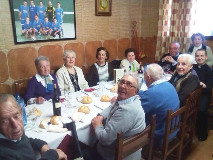 Jaime Frías comparte con los jubilados de Cogolludo la festividad del Santo Ángel Custodio