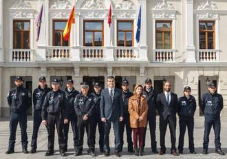 Antonio Román da la bienvenida al Ayuntamiento a los ocho nuevos policías locales