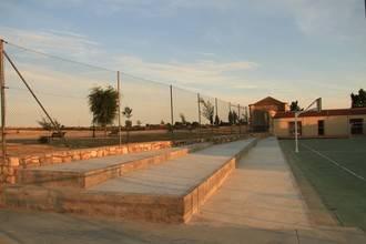 Una grada para la pista deportiva de Tamajón, y nueva pista de pádel ya mejoran las instalaciones deportivas agalloneras