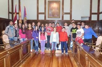 Dos grupos de escolares del IES Aguas Vivas visitan la Diputación