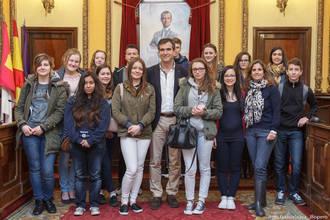 Recepción en el Ayuntamiento de Guadalajara a jóvenes ingleses de intercambio con el Colegio Diocesano