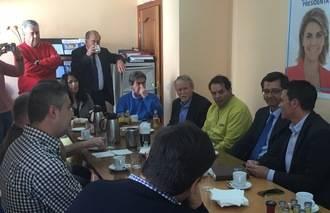 Arturo Romaní y Juan Carlos Martín brindan su cooperación al empresariado de Alovera para seguir creando riqueza y empleo
