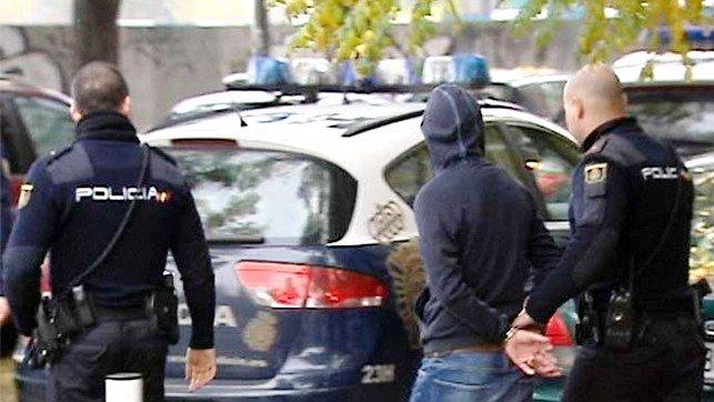 La Policía Nacional de Guadalajara detiene a tres personas robando en una vivienda de la capital