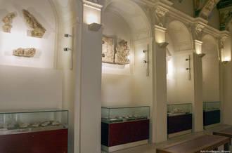 Los sepulcros y esculturas funerarias renacentistas de la capilla Luis de Lucena, detalle monumental del mes