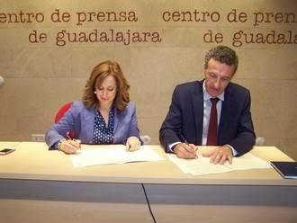 La Asociación de la Prensa de Guadalajara y el Centro Asociado de la UNED firman un convenio de colaboración