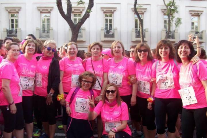 """Las mujeres de Brihuega dejan su impronta en la """"marea rosa"""" contra el cáncer de mama"""