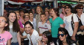 Reciben a Cospedal con 'vivas', 'guapa' y 'presidenta' en su recorrido por la romería de San Isidro
