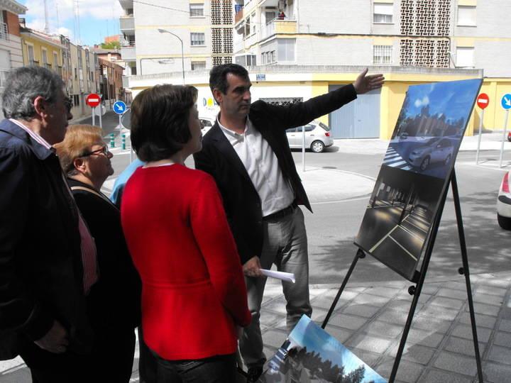 Antonio Román, explicando este nuevo proyecto a los vecinos.