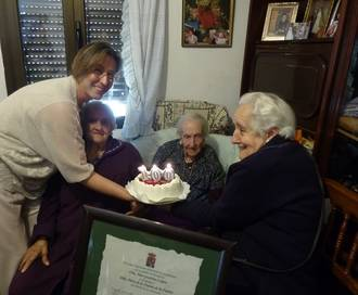 La presidenta de la Diputación felicita a Petra de la Fuente, vecina de Fuentelahiguera, que cumple 100 años