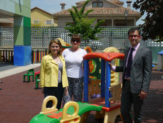 Los niños del colegio Paco Rabal y la escuela infantil Cocofletes de Villanueva ya disfrutan del nuevo suelo de goma en sus patios