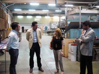 La alcaldesa de Villanueva de la Torre visita Esgobel, la empresa de mayor tamaño del municipio