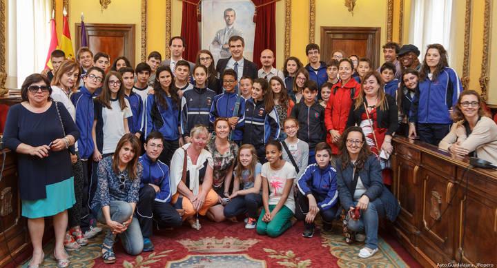 El alcalde, Antonio Román, recibe en el Ayuntamiento a alumnos y profesores de un proyecto europeo del programa Comenius