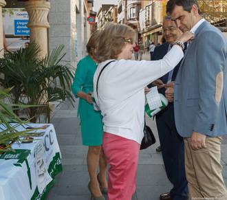 El alcalde visita la mesa instalada en la plaza Mayor con motivo del Día contra el Cáncer