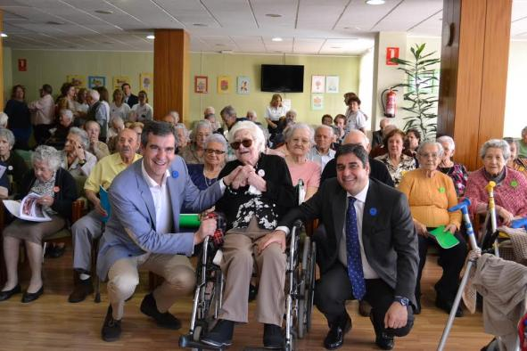"""Echániz resalta en Guadalajara """"el trabajo y la generosidad"""" de los profesionales que atienden a personas mayores"""