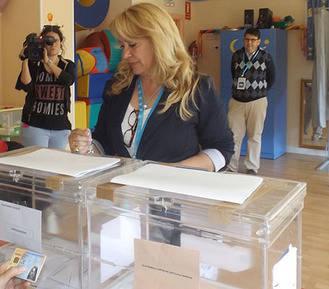 Aure Hormaechea vota en Azuqueca y espera que