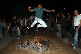 Los seteros saltaron la hoguera de San Juan y brindaron para alejar los malos espíritus