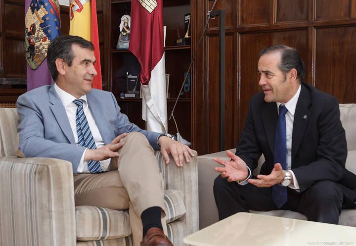 Antonio Román recibe en el Ayuntamiento a José Julián Gregorio López, delegado del Gobierno en Castilla-La Mancha
