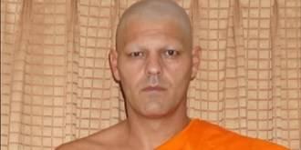 El Frank de la Jungla se afeita el pelo y se hace monje busdista