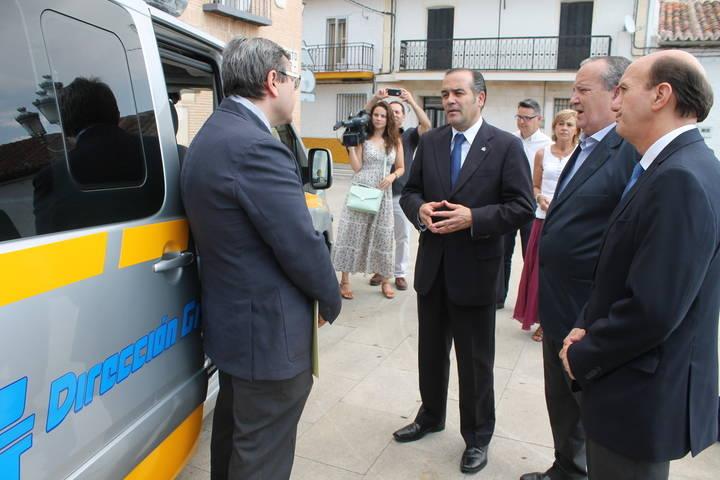 El delegado del Gobierno en Castilla-La Mancha asiste al acto de entrega de un vehículo de la Dirección General de Tráfico con un equipo de alcoholemia al Ayuntamiento de El Casar