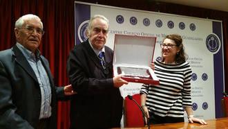 Ramón Ochoa Mejías recibe el cariño de sus compañeros en el Colegio de Médicos de Guadalajara