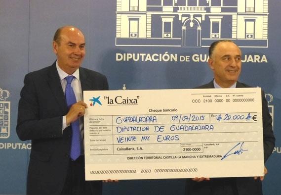 """La Obra Social """"la Caixa"""" dona a la Diputación 20.000 euros para gastos derivados del incendio de Humanes"""