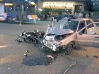 Un motorista que iba a 120 kilómetros por hora por la calle Toledo resulta herido grave tras chocar contra un coche