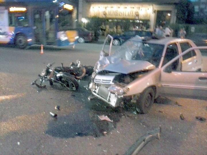 Así quedaron la motocicleta y el coche después del grave accidente. /Foto: E. Bonilla