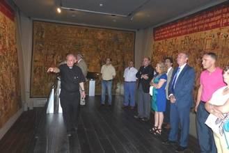 Latre resalta la importancia de acercar la cultura a los ciudadanos en su visita al Museo de Tapices de Pastrana