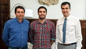 El alcalde de Guadalajara recibe a Miguel Moratilla, referente del esgrima en Guadalajara