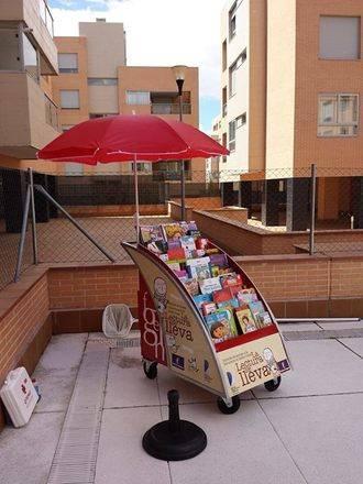 La bibliopiscina se estrenó este verano haciendo escala en ocho urbanizaciones de Valdeluz