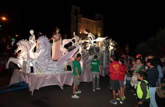 Miles de guadalajareños abarrotaron las calles de Guadalajara para contemplar un animado Desfile de Carrozas