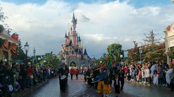 La Banda de Música de Jadraque abrió el desfile de carrozas de Disneyland París