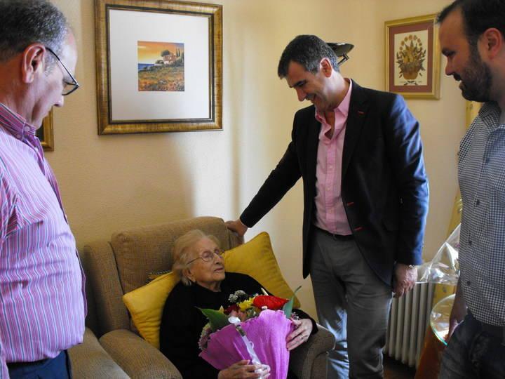 Antonio Román felicita a una vecina de Usanos centenaria