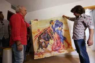 El pintor José Manuel Exojo regala dos de sus obras al diestro Morante de la Puebla