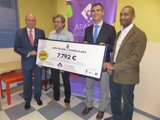 Diputación entrega a APANAG los 7.792 euros de la Paella Solidaria de Ferias