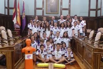 El presidente de la Diputación recibe al Club Natación Guadalajara y le felicita por sus éxitos en el Campeonato de España