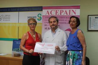 El Complejo Hospitalario Universitario de Albacete recibe una donación para investigar sobre cáncer de mama