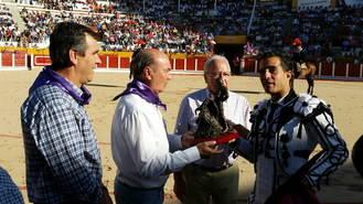FOTONOTICIA: El presidente de la Diputación entrega a Iván Fandiño el premio a la Mejor Faena en Conjunto de la Peña Taurina Alcarreña