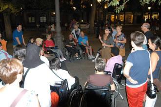 Pacientes y familiares del Hospital de Parapléjicos disfrutan de una ruta nocturna guiada por Toledo