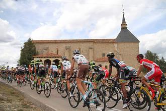 Tamajón recibe con una pancarta gigante a la Vuelta Ciclista a España