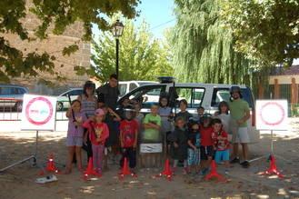 La Guardia Civil muestra su labor a los niños de la ludoteca de Cifuentes