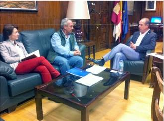 El delegado de la Junta habla con el alcalde de Hiendelaencina sobre turismo en la Sierra Norte