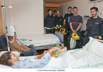 Los niños de Pediatría reciben la visita de los bomberos de la capital