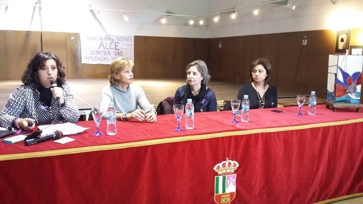 La directora del Instituto de la Mujer inaugura en El Casar la exposición de la asociación de mujeres 'Alce'