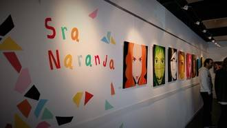 Colorido, miradas inquietantes y gestos divertidos en la exposición de la Señora Naranja en Valdeluz