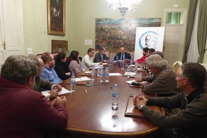 Latre informa a los alcaldes y concejales del Viaje a la Alcarria de los actos del centenario del nacimiento de Cela