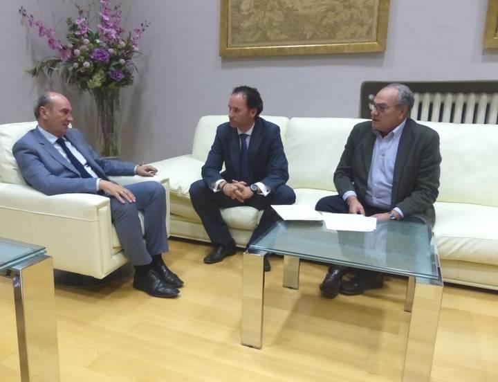 El presidente de la Diputación escucha las demandas del alcalde pedáneo de Iriépal