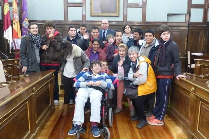 Una veintena de alumnos del Colegio Virgen del Amparo conocen cómo se trabaja en la Diputación