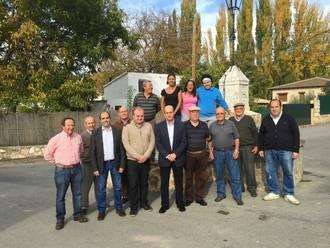 Parra visita Irueste para conocer los trabajos realizados por Diputación
