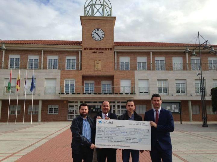 CaixaBank entrega 8.000 euros a Cabanillas para respaldar políticas de atención social